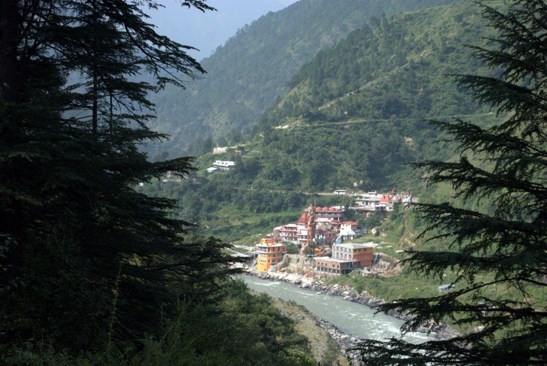 Malla naar Nilara, zicht op Lata en Bhagirthi river